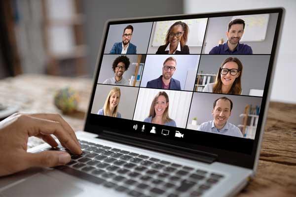 Laptop mit Führungskräften in Zoom