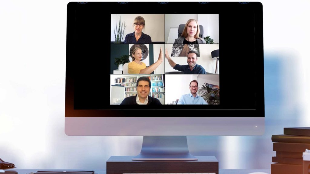 Bildschirm mit sechs Personen in digitalem Meeting