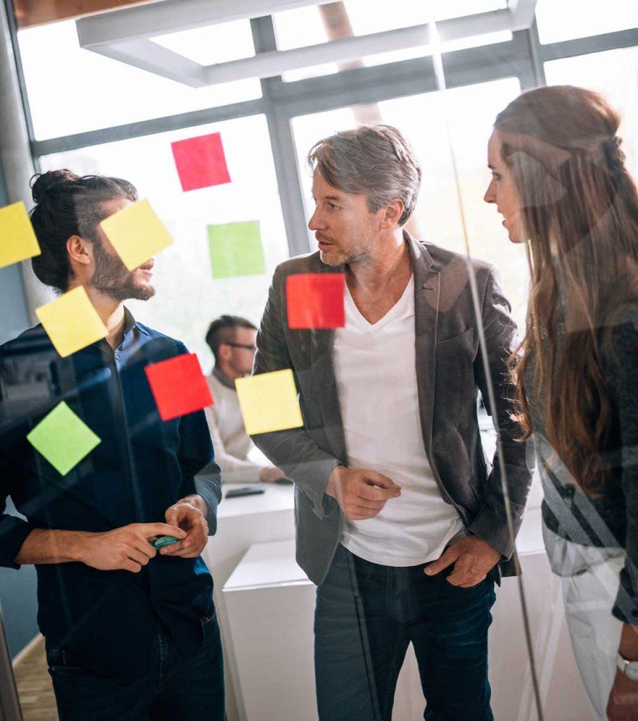 Junge Business Männer und Frauen im Training