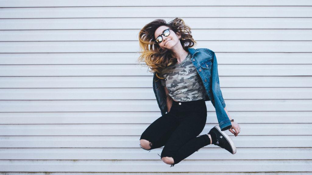 Junge Frau spring in die Luft